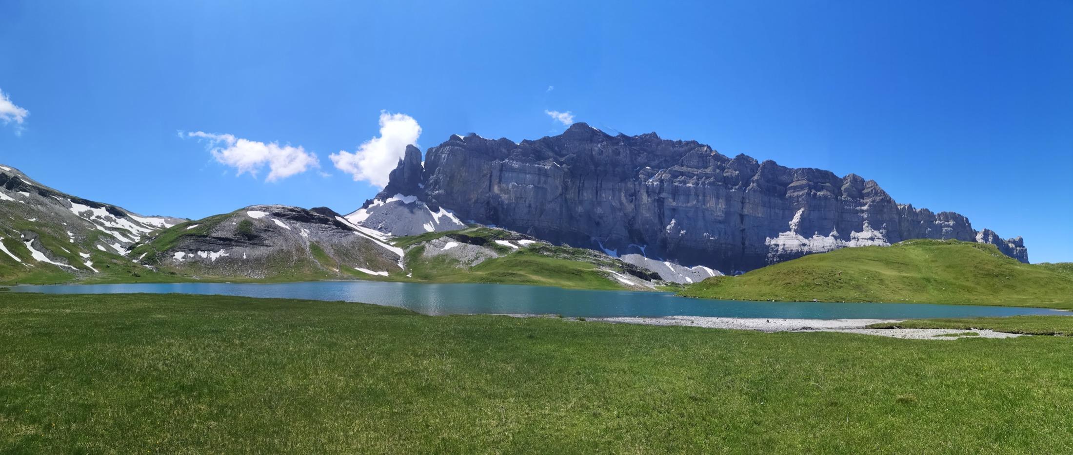 Le lac d'Anterne et sa falaise imposante!