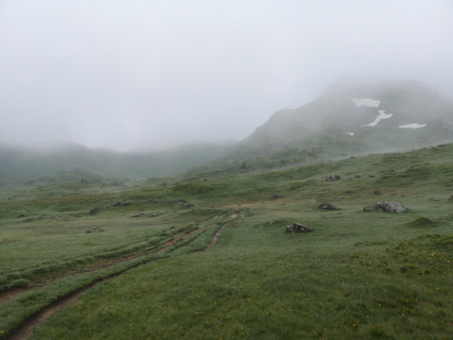 Dans la brume, on se rapproche du refuge de Chésery